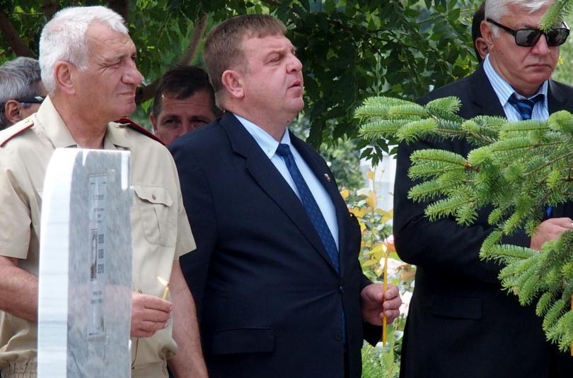 снимка 5 След катастрофата край летище Пловдив: Погребаха двамата пилоти с военни почести