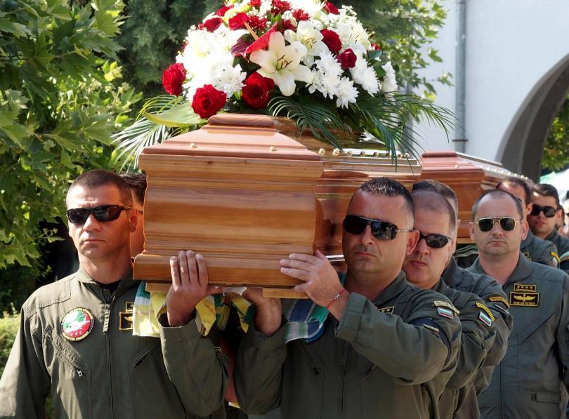 снимка 6 След катастрофата край летище Пловдив: Погребаха двамата пилоти с военни почести