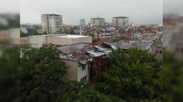 Силният вятър отнесе покривна конструкция в Пловдив, пострадали хора няма
