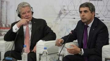 Плевнелиев и Гаук участваха в дискусия за уроците на миналото