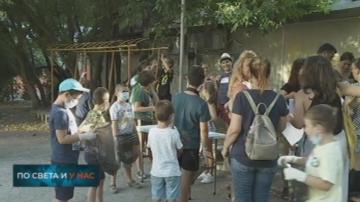 Деца сами почистват квартална площадка във Варна