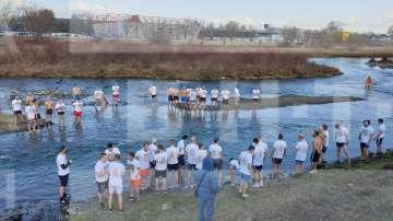 Близо 50 души скочиха в Марица, за да извадят Богоявленския кръст