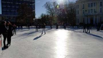 Гигантска ледена пързалка в центъра на Пловдив