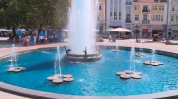 """Водата в пловдивския фонтан потече в синьо като част от инициатива """"Синьо сърце"""