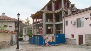 "Строеж ""завзе"" част от тротоара в Стария Пловдив"