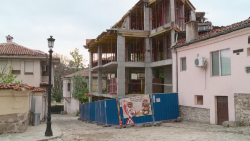 Снимка: Строеж завзе част от тротоара в Стария Пловдив