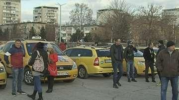 Таксиметрови шофьори блокираха движението в Пловдив