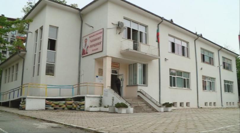 Снимка: Пожар избухна в начално училище в Пловдив, няма пострадали