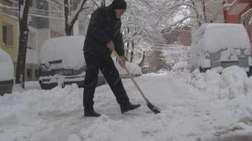 Доброволци чистят от сняг улиците на Велико Търново