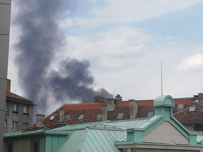 Гъст, черен дим се издигна над центъра на София в