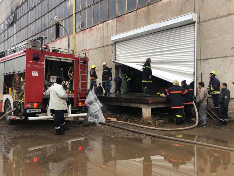снимка 1 Пожар бушува в складове за дрехи в Кремиковци