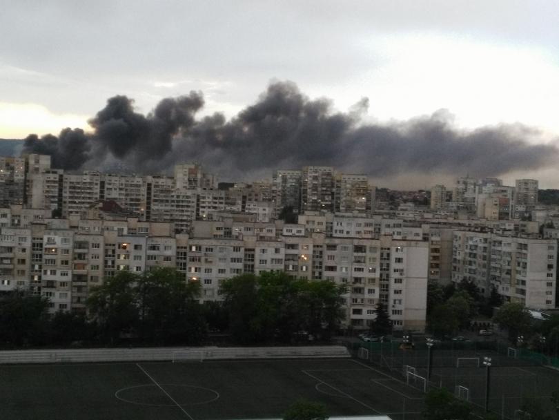 """снимка 1 Овладян е пожарът, който избухна в склад в столичния квартал Красна поляна"""""""