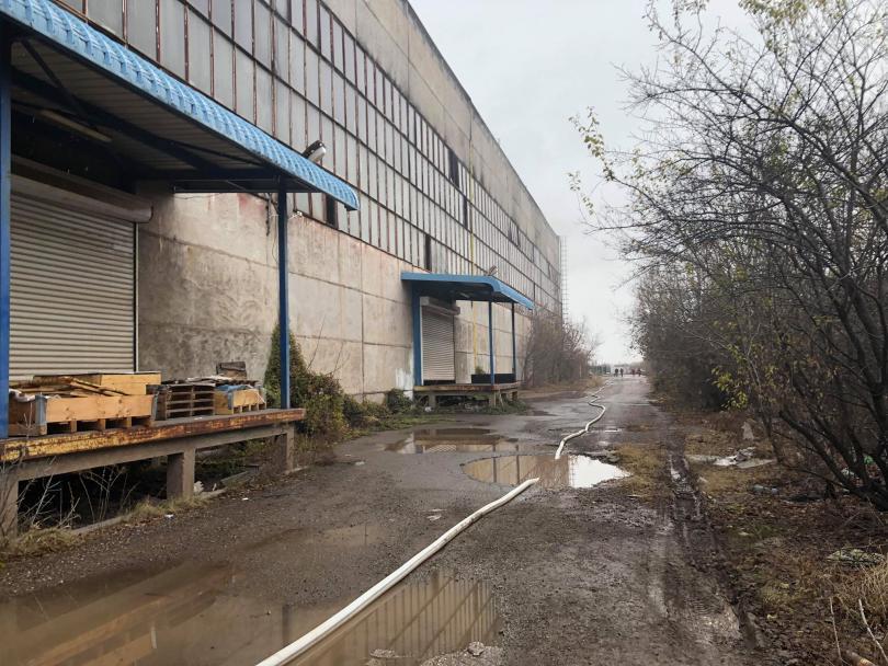 снимка 2 Пожар бушува в складове за дрехи в Кремиковци