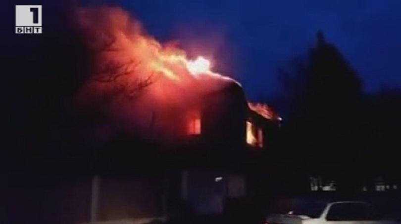 снимка 1 Пожар изпепели основното училище в Карнобат