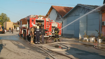 Голям пожар избухна в складове за сладкарска продукция в Пловдив