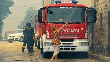 Евакуираха туристи заради мащабен пожар на хърватския остров Паг