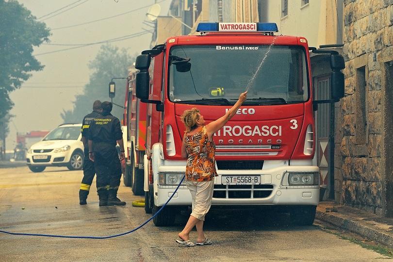 10 000 туристи бяха евакуирани заради мащабен пожар на хърватския