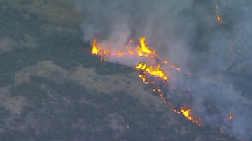 Три хеликоптера и 120 пожарникари се борят с пожара Чарли в Калифорния