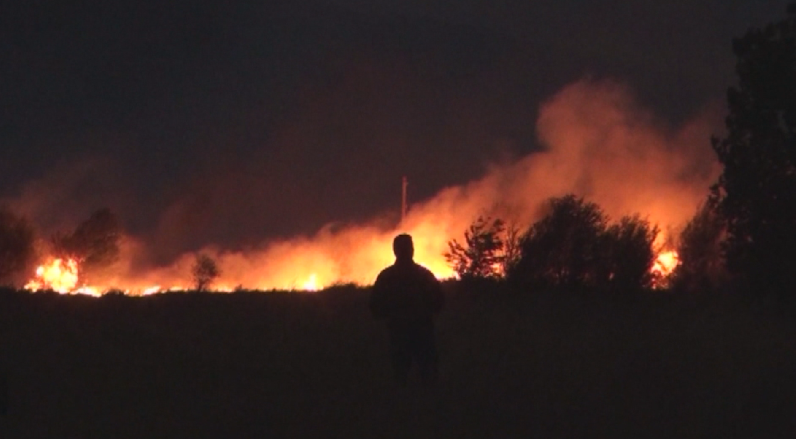 Голям пожар горя снощи в района на град Баня, Карловско.