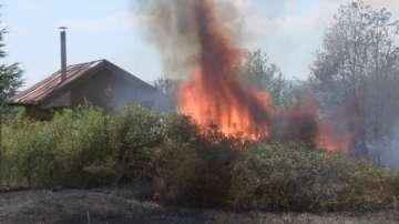 Пожар гори във вилната зона на Казанлък