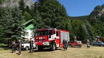 Гасят пожара в Рила ръчно заради труднодостъпен терен (СНИМКИ)