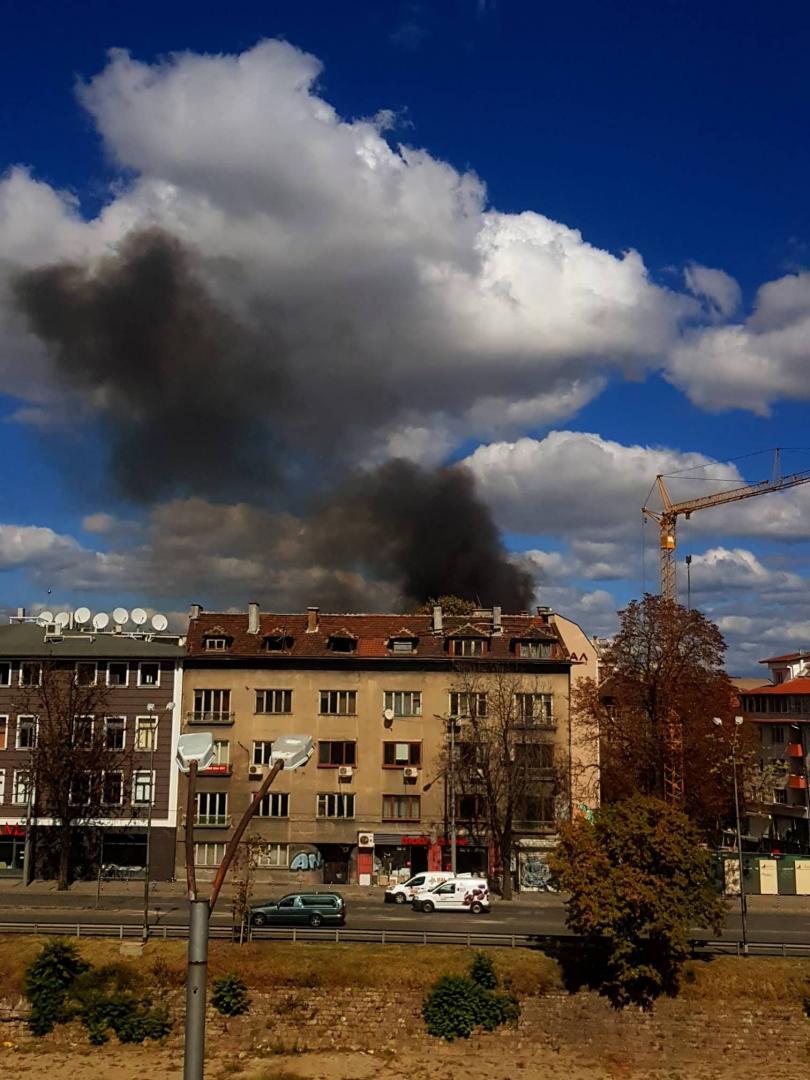 снимка 1 Пожар пламна в изоставена постройка в центъра на София