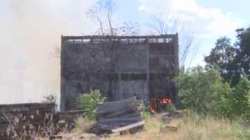 Горя постройка близо до жп гарата в Стара Загора