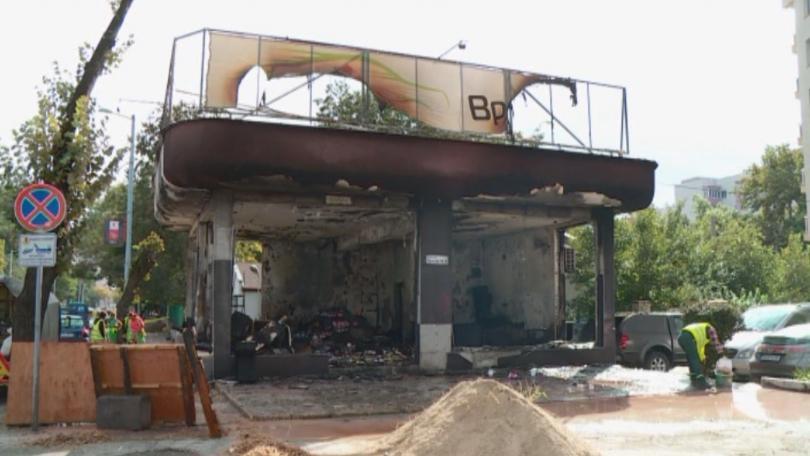 """Огънят пламнал малко преди полунощ в магазин на булевард """"Дунав"""