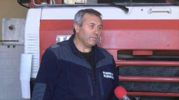 Огнеборец ремонтира сам най-важния пожарен автомобил в службата си