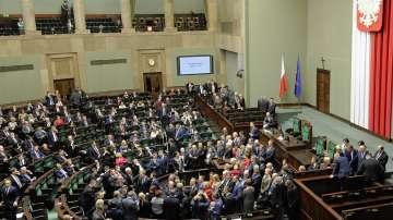 Полските депутати си намалиха заплатите с една пета