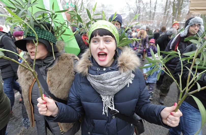 снимка 2 Природозащитници се преобразиха в дървета, за да ги защитят (СНИМКИ)
