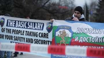 Полицаите излязоха на протест, въпреки уверенията за по-високи заплати