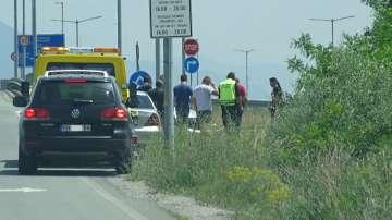 Автомобил блъсна полицай с мотор на главен път Е-79