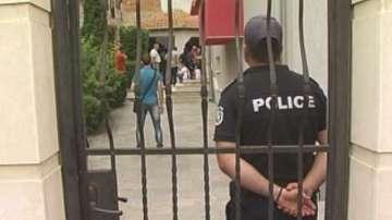 Двама полицаи са арестувани за трафик на жени
