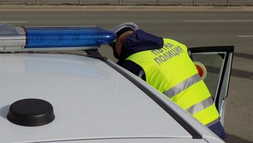арестуваха криминално проявен превозвал нелегални бежанци автомобила
