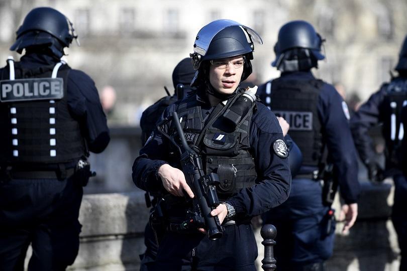 В Париж започна мащабна операция по обезвреждането на бомба от