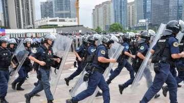 Над 100 души са задържани при сблъсъци в Хонконг