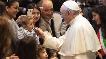 Папа Франциск отказа на поклонници да целунат пръстена му