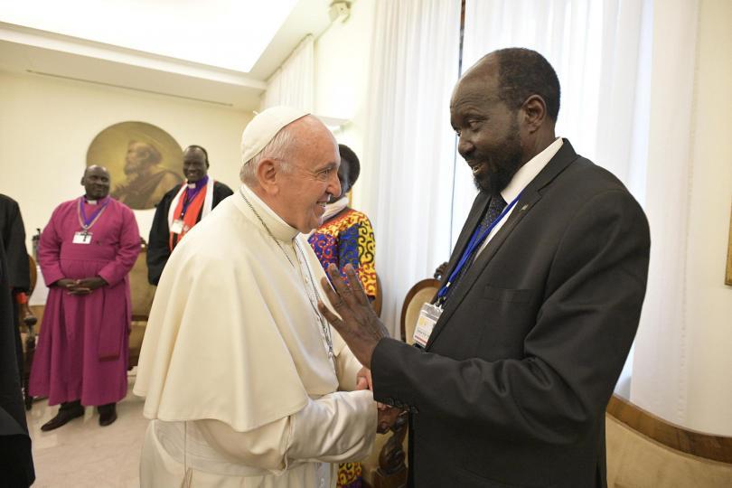 снимка 1 Папа Франциск целуна краката на лидерите на Южен Судан и ги помоли за мир