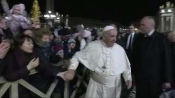 Папата удари по ръката жена, която го сграбчи нахално