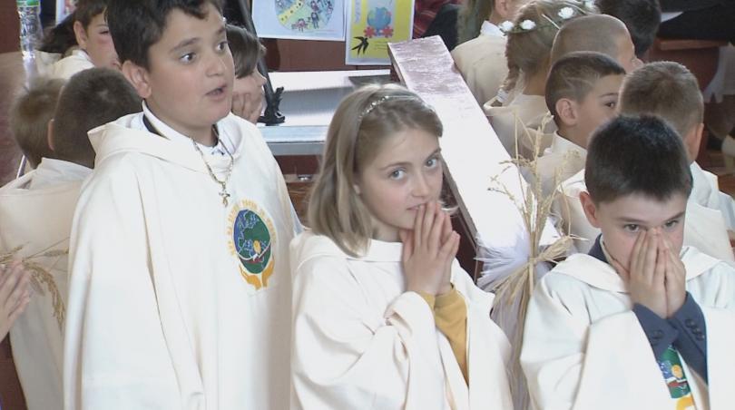 снимка 3 Папа Франциск даде първо причастие на 242 деца в Раковски