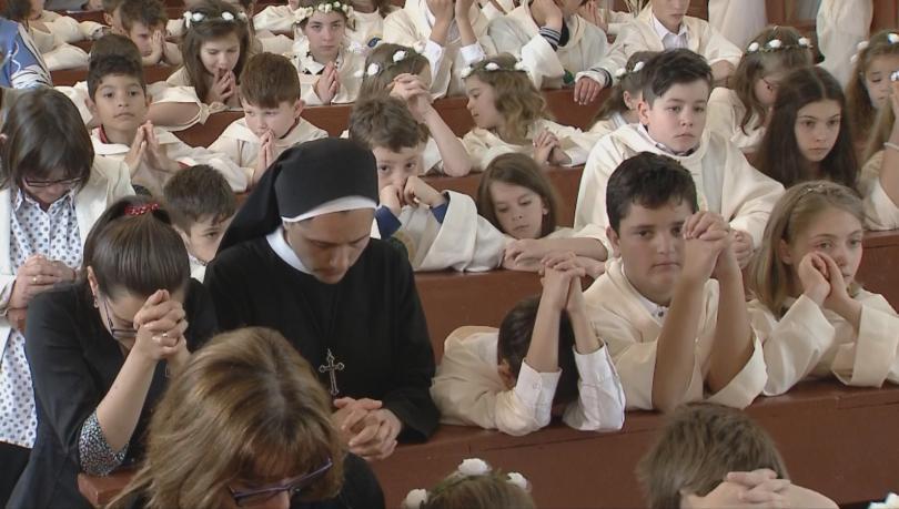 снимка 1 Папа Франциск даде първо причастие на 242 деца в Раковски