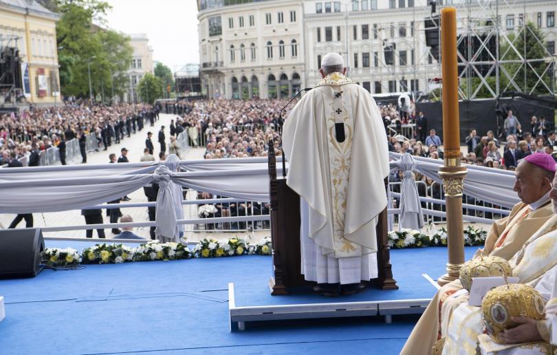 България посрещна папа Франциск. Хора от няколко континента проследиха на