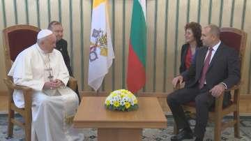 Президентът Радев посрещна папа Франциск
