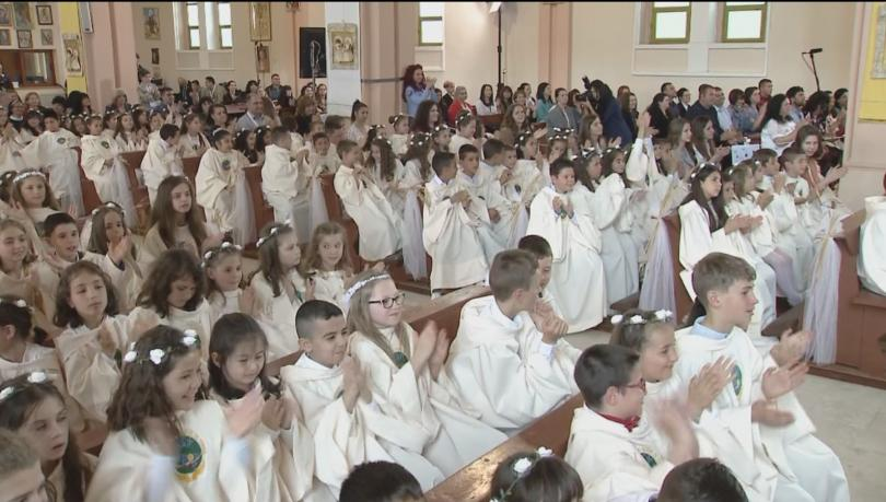 снимка 6 Папа Франциск даде първо причастие на 242 деца в Раковски