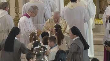 Папа Франциск даде първо причастие на 242 деца в Раковски