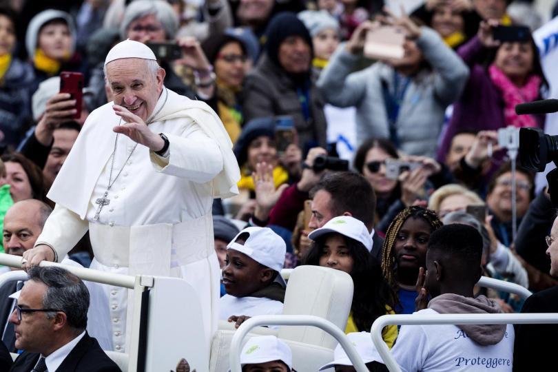 Папа Франциск разходи с папамобила си деца мигранти