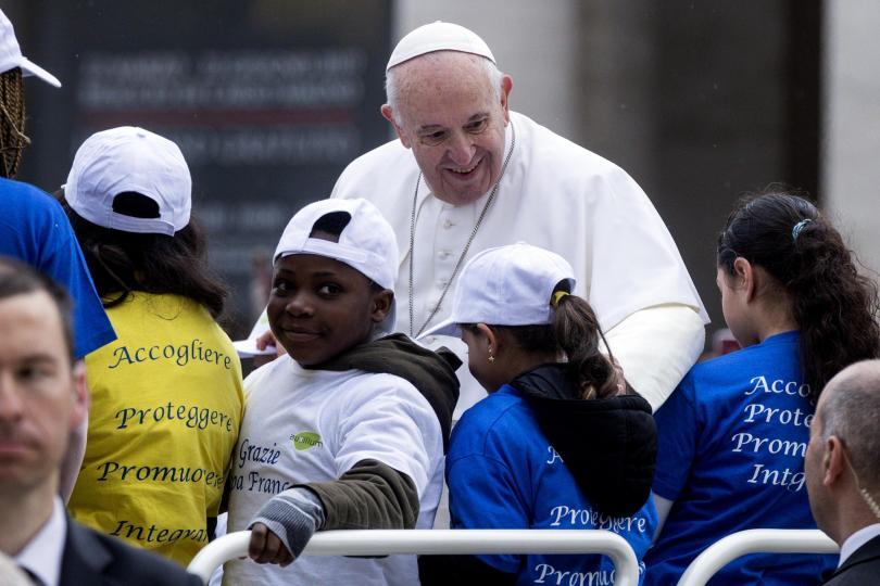 снимка 1 Папа Франциск разходи с папамобила си деца мигранти