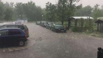 Пороен дъжд наводни къщи и улици в град Баня