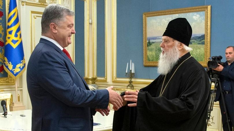 Президентът на Украйна Петро Порошенко се здрависва с патриарх Филарет
